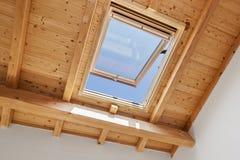Ξύλινο παράθυρο φεγγιτών στοκ εικόνα με δικαίωμα ελεύθερης χρήσης