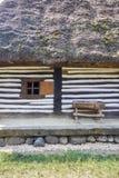 Ξύλινο παραδοσιακό ρουμανικό σπίτι στοκ εικόνα