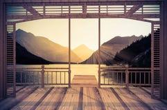 Ξύλινο πεζούλι με τις απόψεις της αλπικής λίμνης στοκ φωτογραφία με δικαίωμα ελεύθερης χρήσης