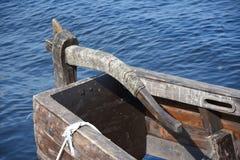Ξύλινο πηδάλιο κοντά στο αρχαίο ρωσικό σκάφος - κοράκια Στοκ φωτογραφία με δικαίωμα ελεύθερης χρήσης