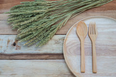 Ξύλινο πιάτο και ξύλινο δίκρανο στον ξύλινο πίνακα Με το διάστημα κειμένων Στοκ Εικόνα