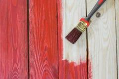 Ξύλινο πιάτο με μια βούρτσα χρωματίζοντας Στοκ φωτογραφίες με δικαίωμα ελεύθερης χρήσης