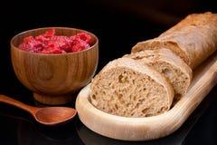 Ξύλινο πιάτο με το φρέσκο τεμαχισμένο ψωμί, φλυτζάνι με τα σμέουρα και s στοκ φωτογραφίες με δικαίωμα ελεύθερης χρήσης