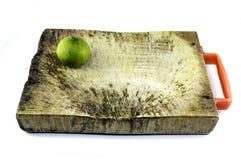 Ξύλινο πιάτο (ξύλινος φραγμός) για το κομμένο συστατικό και το φρέσκο ασβέστη Στοκ Εικόνες