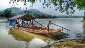 Ξύλινο πορθμείο στον ποταμό στο βόρειο Βιετνάμ Στοκ Φωτογραφία
