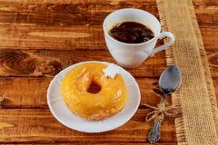 ξύλινο πρόγευμα Donuts γλυκών επιτραπέζιου καφέ στοκ φωτογραφία