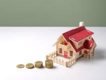 ξύλινο πρότυπο σπίτι με τα χρήματα στον άσπρο πίνακα με το διαστημικό rea αντιγράφων Στοκ Φωτογραφίες