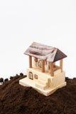 Ξύλινο πρότυπο σπιτιών στο σωρό του χώματος Στοκ εικόνες με δικαίωμα ελεύθερης χρήσης