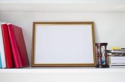 Ξύλινο πλαίσιο για το πιστοποιητικό στο ράφι Στοκ Φωτογραφία