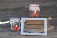 Ξύλινο πλαίσιο, γυαλί που χρωματίζονται και βιβλία Στοκ Εικόνα