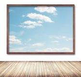 Ξύλινο πλαίσιο με την εικόνα σύννεφων και ουρανού που κρεμά επάνω Στοκ Φωτογραφία
