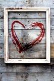 Ξύλινο πλαίσιο με την κόκκινη καρδιά σε ένα υπόβαθρο grunge Στοκ φωτογραφίες με δικαίωμα ελεύθερης χρήσης