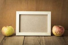 Ξύλινο πλαίσιο με το διάστημα και τα φρούτα αγκραφών Στοκ Φωτογραφίες