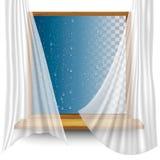 Ξύλινο πλαίσιο παραθύρων με τις κουρτίνες και τα σταγονίδια νερού ελεύθερη απεικόνιση δικαιώματος