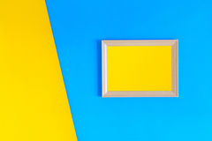 Ξύλινο πλαίσιο φωτογραφιών στο ζωηρόχρωμο υπόβαθρο τοίχων εγγράφου Στοκ Φωτογραφία