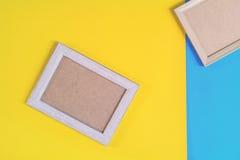 Ξύλινο πλαίσιο φωτογραφιών στο ζωηρόχρωμο υπόβαθρο τοίχων εγγράφου Στοκ φωτογραφία με δικαίωμα ελεύθερης χρήσης