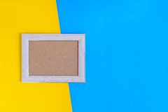 Ξύλινο πλαίσιο φωτογραφιών στο ζωηρόχρωμο υπόβαθρο τοίχων εγγράφου Στοκ Εικόνα