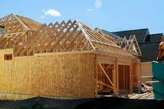 Ξύλινο πλαισιώνοντας καινούργιο σπίτι κάτω από την κατασκευή στοκ εικόνες με δικαίωμα ελεύθερης χρήσης