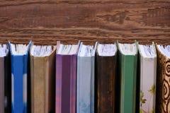 Ξύλινο ράφι βιβλίων με τα σημειωματάρια Στοκ Εικόνα