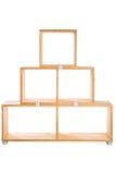 Ξύλινο ράφι εξαρτήσεων που απομονώνεται στο άσπρο υπόβαθρο Στοκ φωτογραφία με δικαίωμα ελεύθερης χρήσης