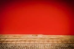 Ξύλινο ράφι και κόκκινος τοίχος Στοκ Εικόνες