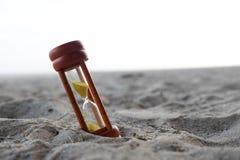 Ξύλινο ρολόι άμμου που τίθεται στο υπόβαθρο παραλιών Στοκ Φωτογραφίες