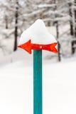 Ξύλινο σήμα βελών με το χιόνι Στοκ φωτογραφία με δικαίωμα ελεύθερης χρήσης