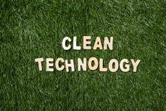 Ξύλινο σημάδι καθαρής τεχνολογίας στη χλόη Στοκ φωτογραφία με δικαίωμα ελεύθερης χρήσης