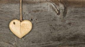 Ξύλινο σημάδι καρδιών μηνυμάτων βαλεντίνων αγάπης στο τραχύ γκρίζο backgrou Στοκ Εικόνες