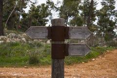 Ξύλινο σημάδι κατεύθυνσης με δύο βέλη στις αντίθετες κατευθύνσεις στο άσπρο υπόβαθρο στοκ φωτογραφίες