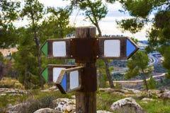 Ξύλινο σημάδι κατεύθυνσης με δύο βέλη στις αντίθετες κατευθύνσεις στο άσπρο υπόβαθρο στοκ φωτογραφία με δικαίωμα ελεύθερης χρήσης