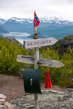 Ξύλινο σημάδι με τη νορβηγική σημαία κορυφή βουνών †στη «Alta's Komsa προς KÃ¥fjord, Νορβηγία Στοκ Φωτογραφία