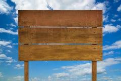 Ξύλινο σημάδι με το μπλε ουρανό Ξύλινο παλαιό σημάδι σανίδων Στοκ εικόνες με δικαίωμα ελεύθερης χρήσης