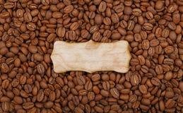 Ξύλινο σημάδι πέρα από τα ψημένα φασόλια καφέ Στοκ εικόνες με δικαίωμα ελεύθερης χρήσης