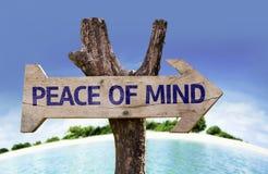 Ξύλινο σημάδι ψυχικής ηρεμίας με μια παραλία στο υπόβαθρο στοκ φωτογραφίες