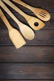 Ξύλινο σκεύος για την κουζίνα στο ξύλινο υπόβαθρο Στοκ Εικόνες