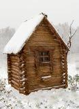 Ξύλινο σπίτι από έναν ξύλινο φραγμό το χειμώνα Στοκ φωτογραφία με δικαίωμα ελεύθερης χρήσης