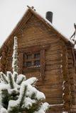 Ξύλινο σπίτι από έναν ξύλινο φραγμό το χειμώνα Στοκ Εικόνες
