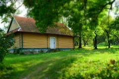 Ξύλινο σπίτι από τον κήπο Στοκ Εικόνες