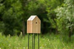 Ξύλινο σπίτι για τα πουλιά στο πάρκο/το δάσος Στοκ εικόνα με δικαίωμα ελεύθερης χρήσης