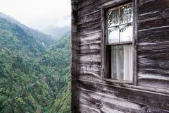 Ξύλινο σπίτι με τη θέα βουνού Στοκ εικόνα με δικαίωμα ελεύθερης χρήσης