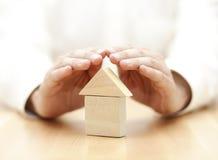 Ξύλινο σπίτι παιχνιδιών που προστατεύεται με το χέρι Στοκ Φωτογραφίες