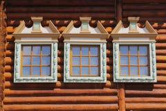 Ξύλινο σπίτι παραθύρων Στοκ φωτογραφία με δικαίωμα ελεύθερης χρήσης