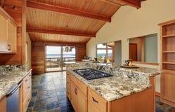 Ξύλινο σπίτι περιποίησης με το ανοικτό σχέδιο ορόφων Κουζίνα με την αντίθετη κορυφή γρανίτη Στοκ εικόνες με δικαίωμα ελεύθερης χρήσης