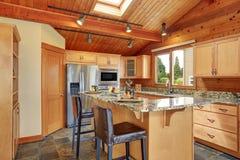 Ξύλινο σπίτι περιποίησης με το ανοικτό σχέδιο ορόφων Κουζίνα με την αντίθετη κορυφή γρανίτη Στοκ φωτογραφία με δικαίωμα ελεύθερης χρήσης