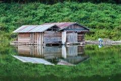 Ξύλινο σπίτι στον ποταμό στην Ταϊλάνδη Στοκ Φωτογραφίες