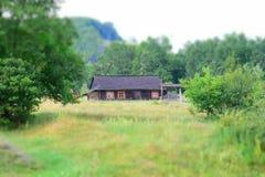 Ξύλινο σπίτι στο πόδι των βουνών Στοκ φωτογραφία με δικαίωμα ελεύθερης χρήσης