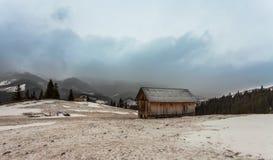 Ξύλινο σπίτι στο χειμερινό δάσος Στοκ Φωτογραφίες