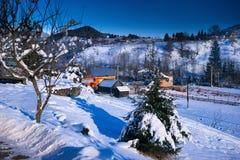 Ξύλινο σπίτι στο χιόνι στη χειμερινή νύχτα Στοκ εικόνα με δικαίωμα ελεύθερης χρήσης