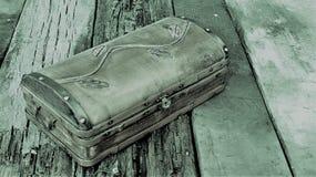Ξύλινο στήθος στους πίνακες Στοκ Φωτογραφίες